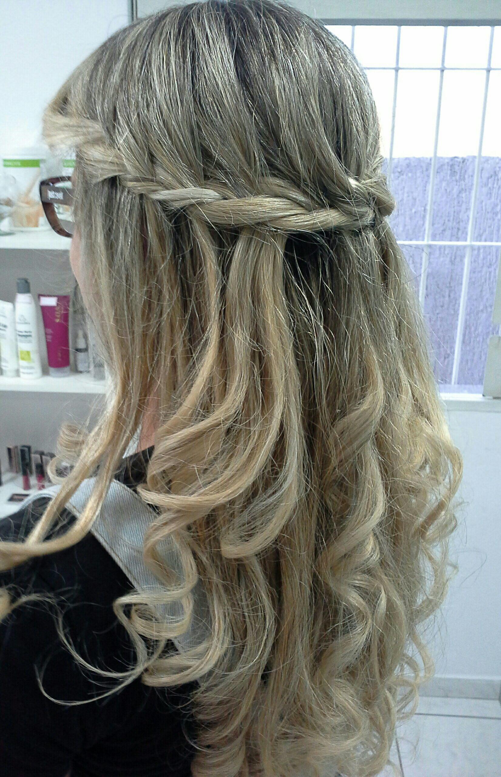 Cabelos  com cachos, e  trança  super  moderno cabelo stylist / visagista cabeleireiro(a)