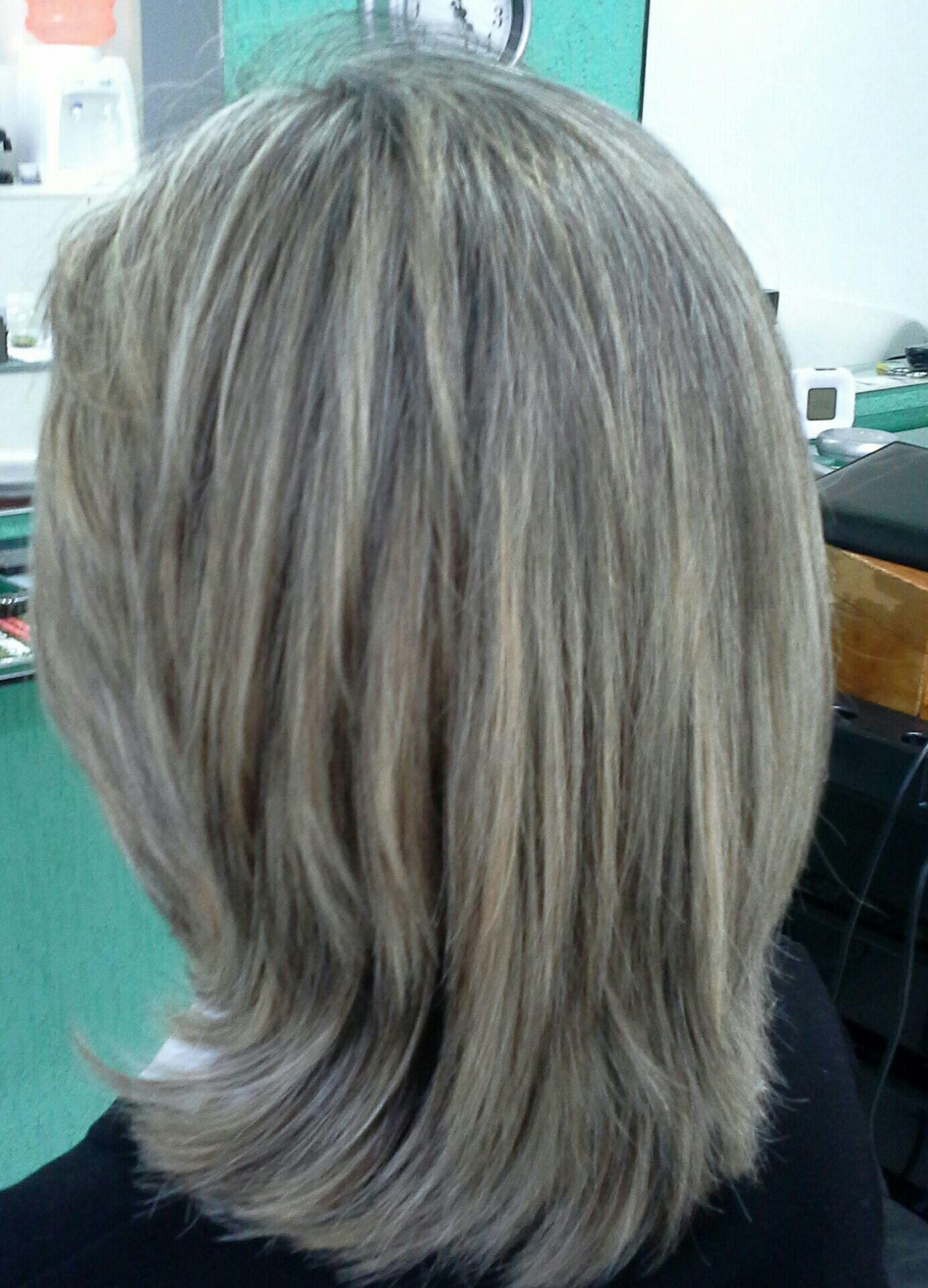 Luzes platinadas  corte médio cabelo stylist / visagista cabeleireiro(a)