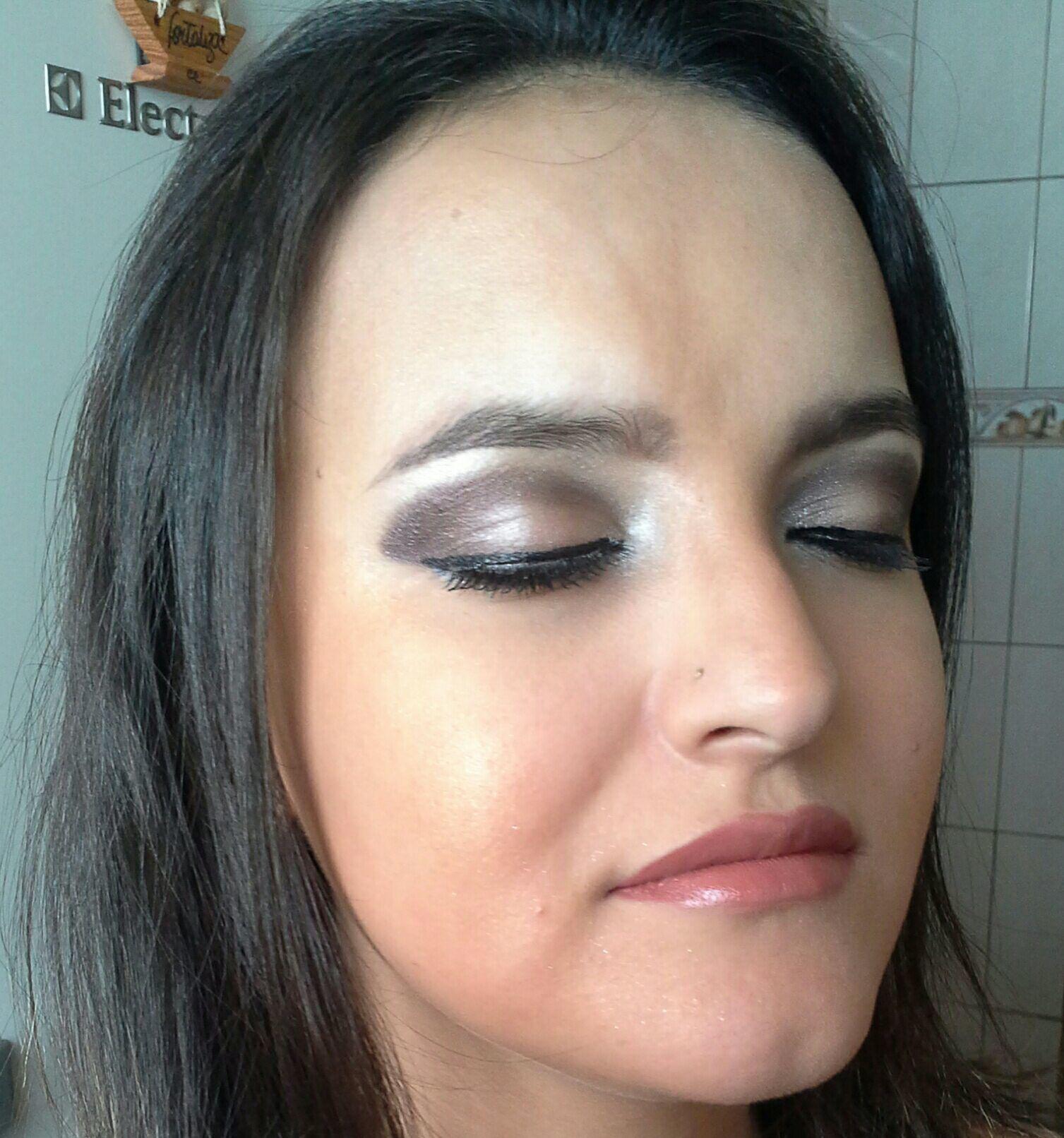 Maquiagem para  foto  com côncavo  esfumado  de escuro  para favorecer o  olhar maquiagem stylist / visagista cabeleireiro(a)