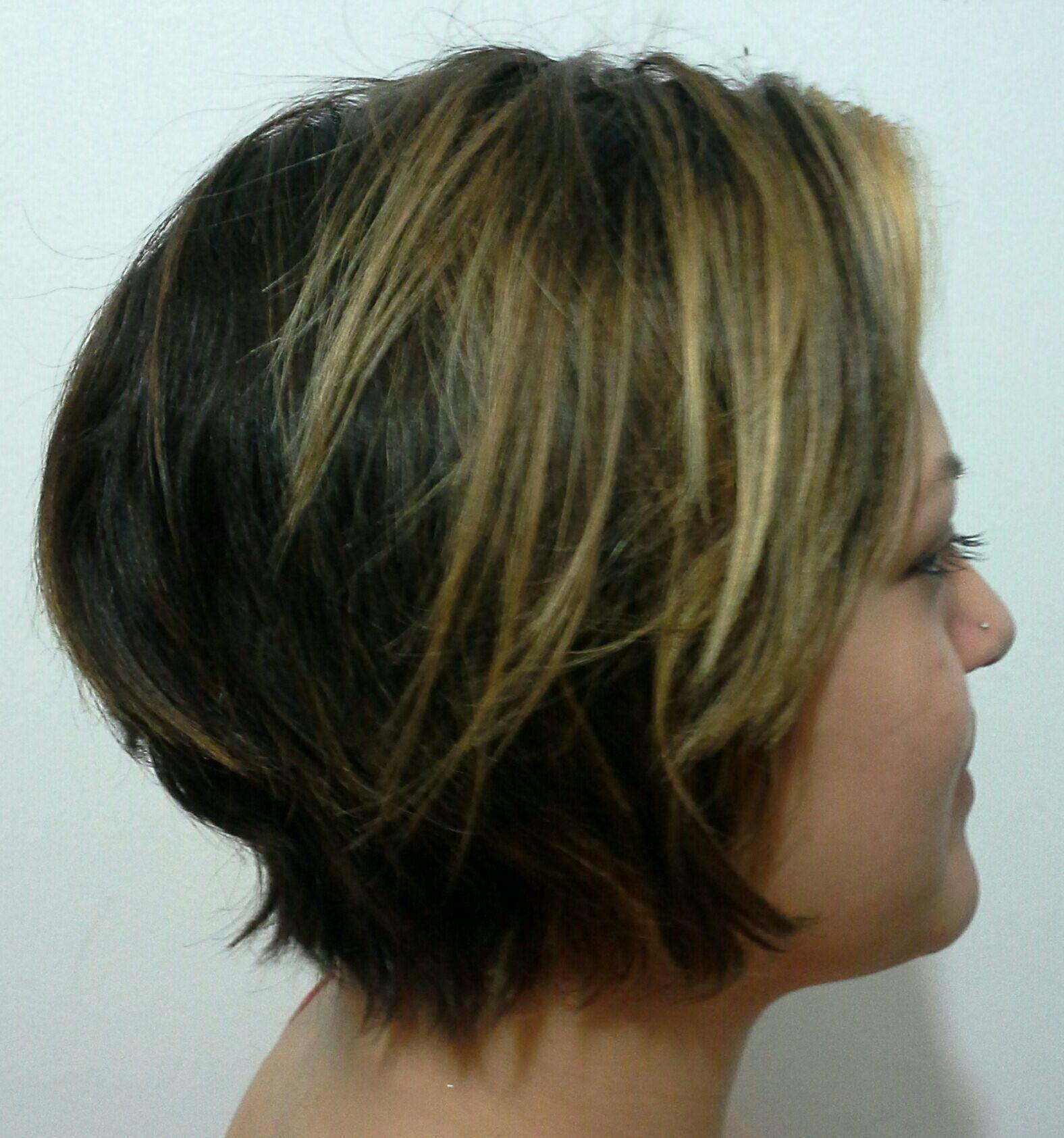 Corte  curto  iluminado  frontalmente  com algumas  luzes  para favorecer o olhar cabelo stylist / visagista cabeleireiro(a)