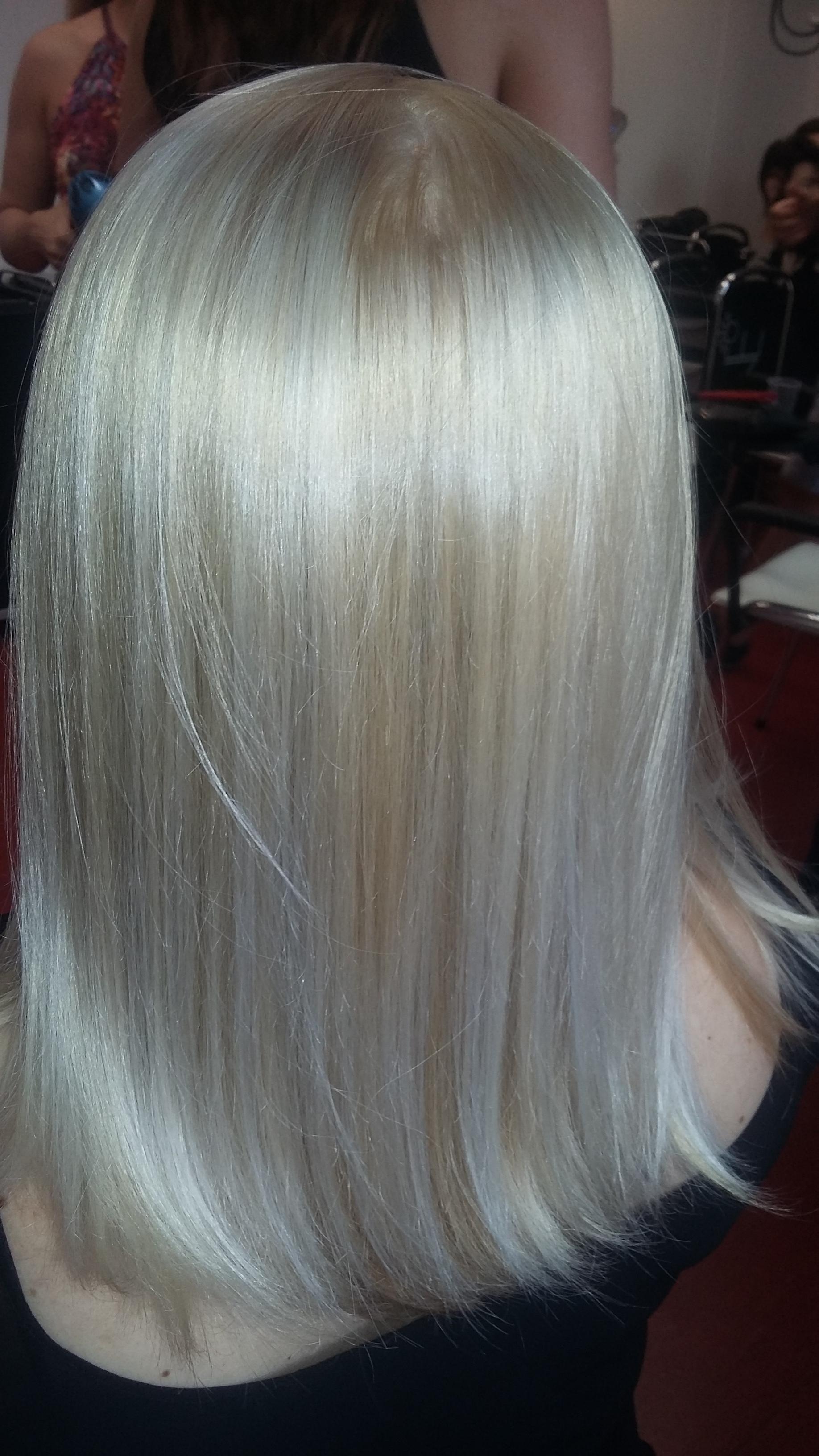 Loiros de diversos tons marrons aos mais platinado.  cabelo cabeleireiro(a)
