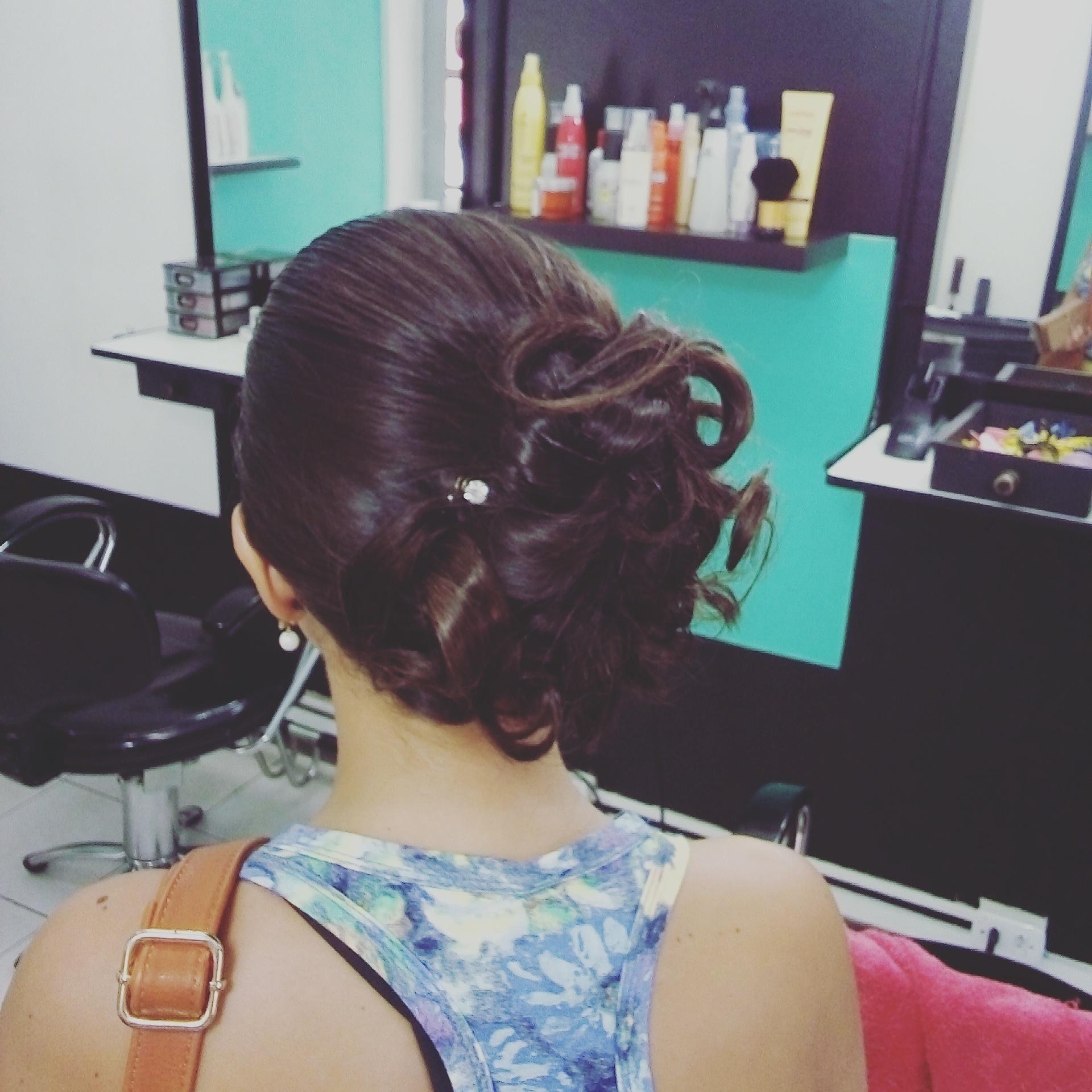 Penteado coque romantico.  Otimo para madrinhas! cabelo cabeleireiro(a)