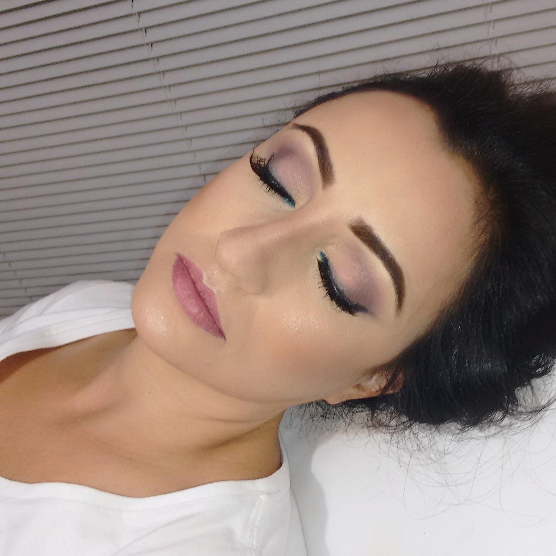 De olhos fechados... #julianaribeiromaquiagem #maccosmetics #anastasiabeverlyhills #maisvaidosa #loucaspormaquiagem #bride #ricosti #contem1g #julianaribeirolacra maquiagem maquiador(a) designer de sobrancelhas