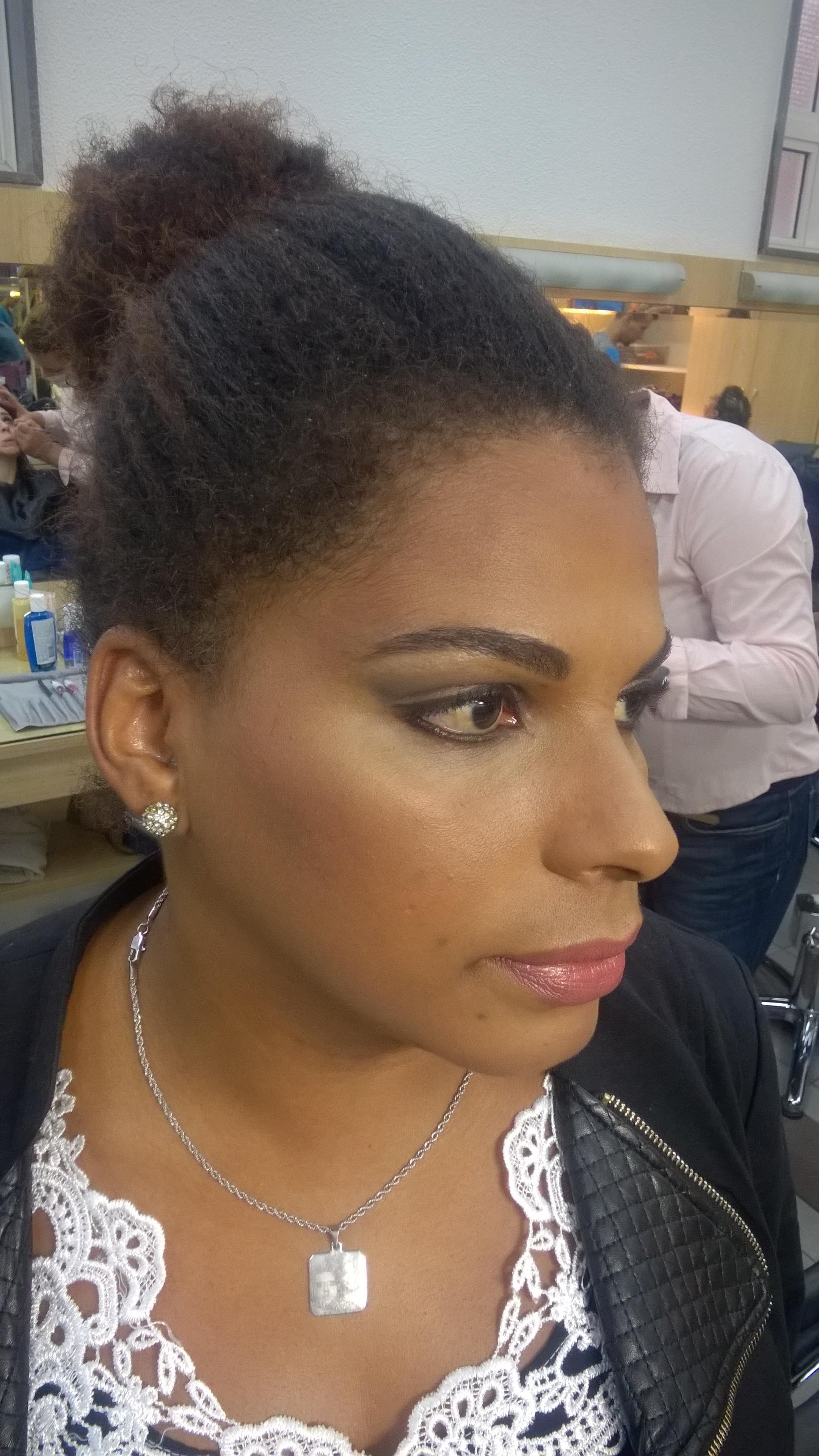 Pele negra..destaque nos contornos e iluminação  maquiagem maquiador(a)