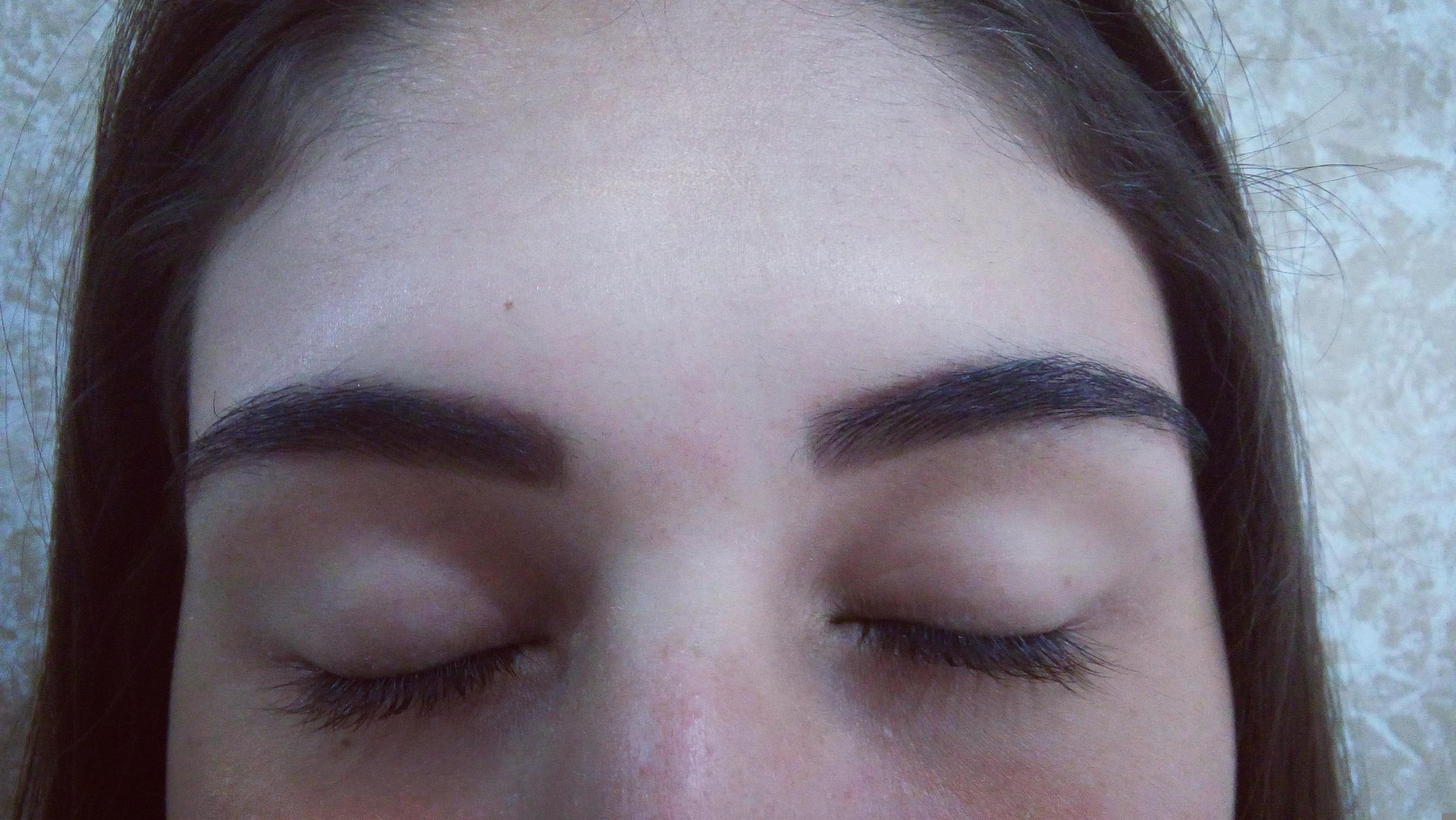 Modelagem e aplicação de henna. estética designer de sobrancelhas