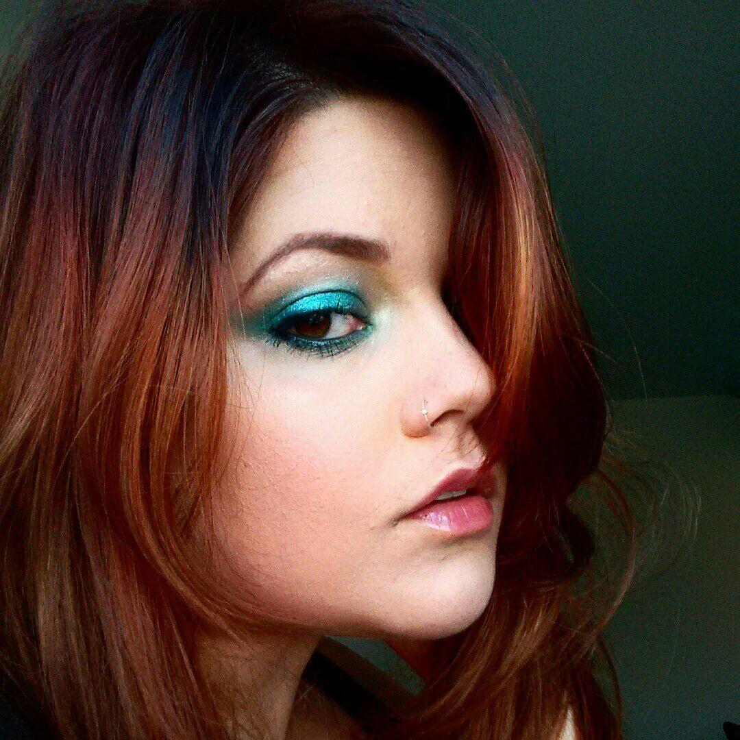 Olhos coloridos usando dois tons de pigmentos verdes metálicos. Inspirado em um desfile da DVF #metálicos #verdes #esfumado #DVF maquiagem maquiador(a) assistente maquiador(a)