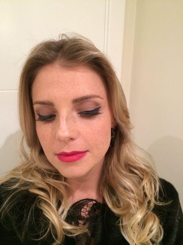 Dupla infalível: boca vermelha + delineador lindo maquiagem maquiador(a)