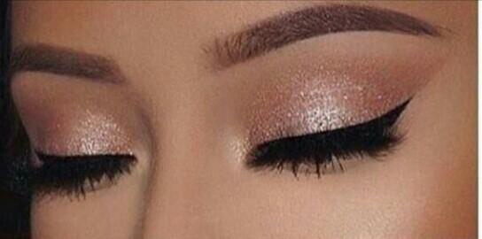 Maquiagem madrinha..sombra cintilante com glitter,delineado,cilios alongados,desing de sobrancelhas estética