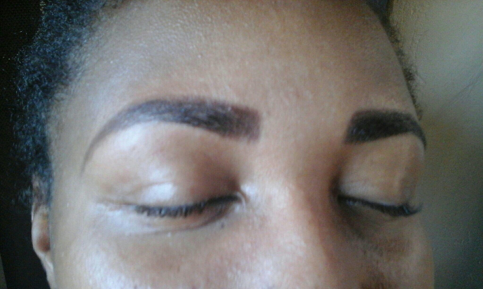 Design de sobrancelhas e  aplicação de henna. estética maquiador(a) assistente maquiador(a) designer de sobrancelhas depilador(a)