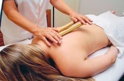 Massagem relaxante com bambu e óleos com essências. estética