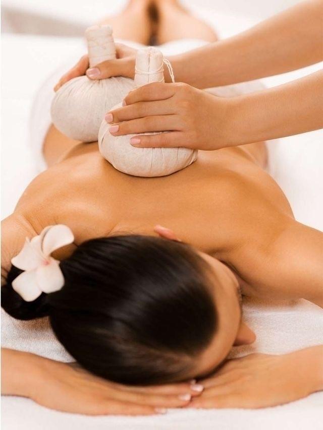 Massagem relaxante com pindas chinesas e óleos  essencial quente. estética