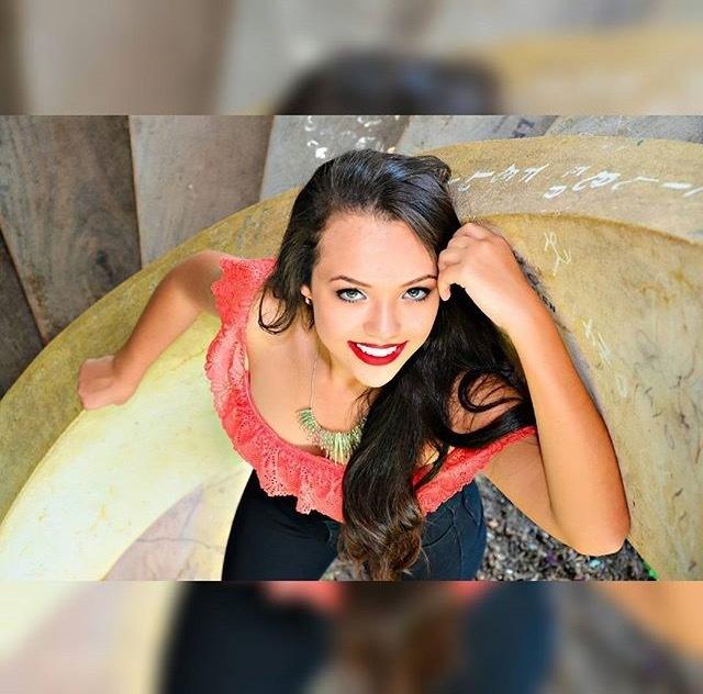 Modelo linda, book 15 anos. Batom vermelho cereja com olho degradê rosa e grafite. maquiagem maquiador(a)