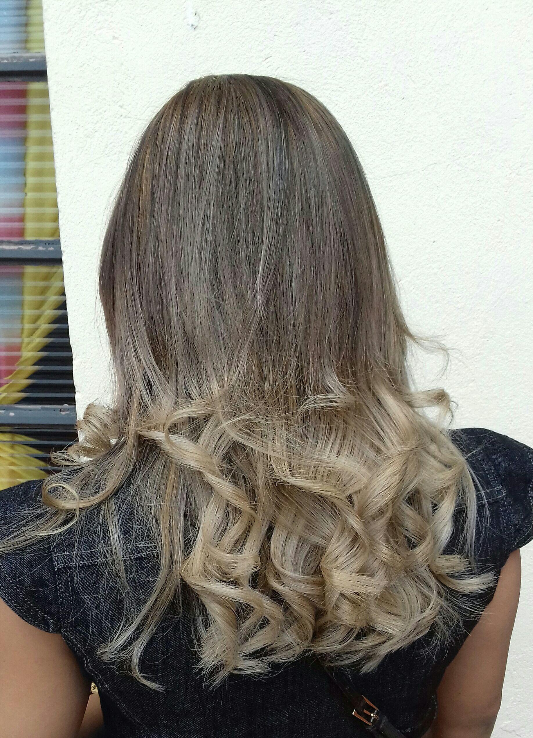 Esse cabelo foi feito ombre hair com as pontas mais clara num tom de bege! cabelo cabeleireiro(a) maquiador(a) cabeleireiro(a)