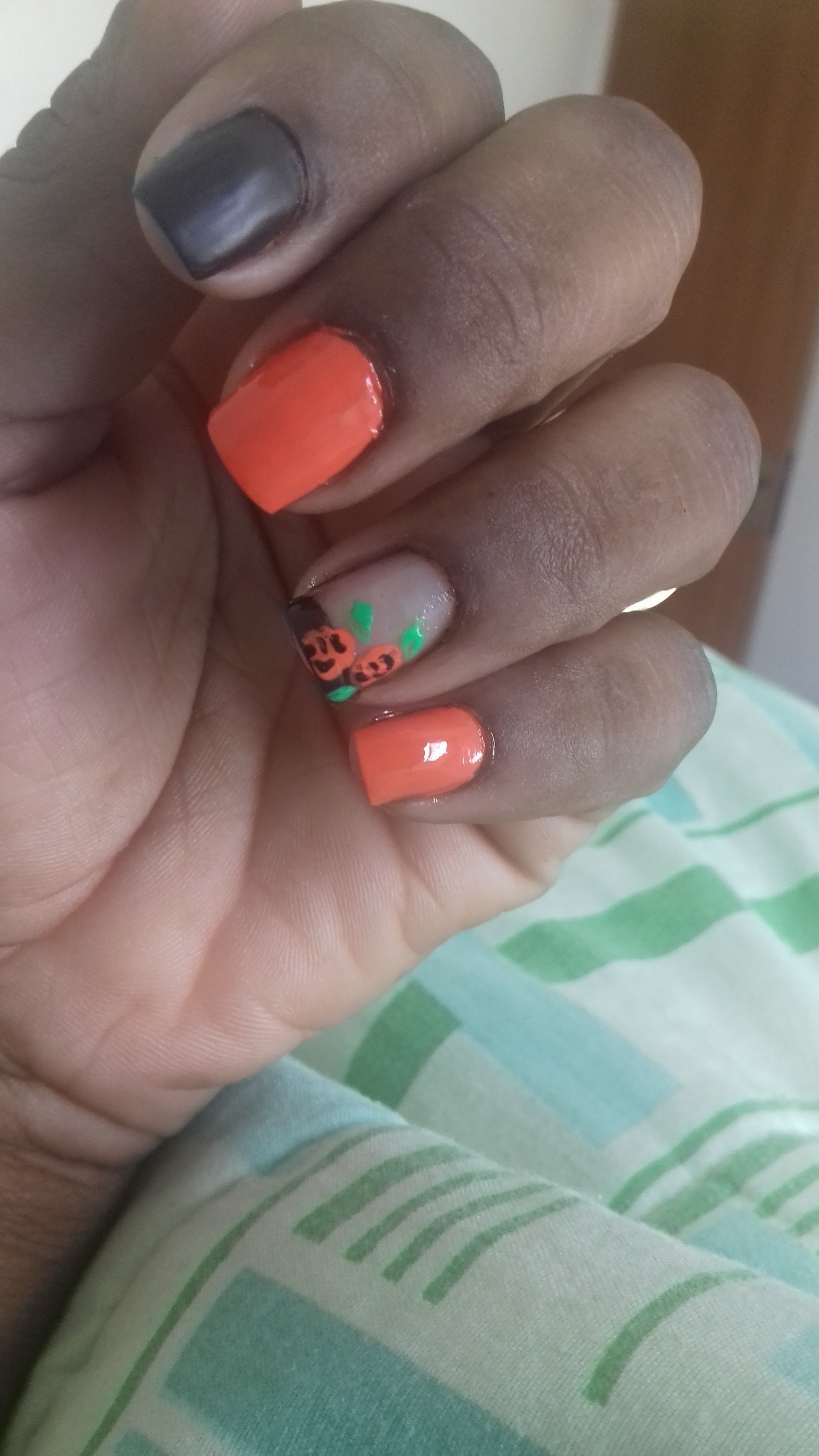 Inglesinha preta com flores laranjas unha manicure e pedicure recepcionista