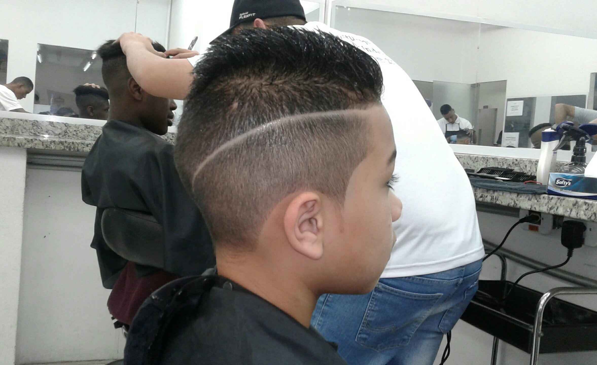 Corte com desenho. cabelo barbeiro(a) cabeleireiro(a)