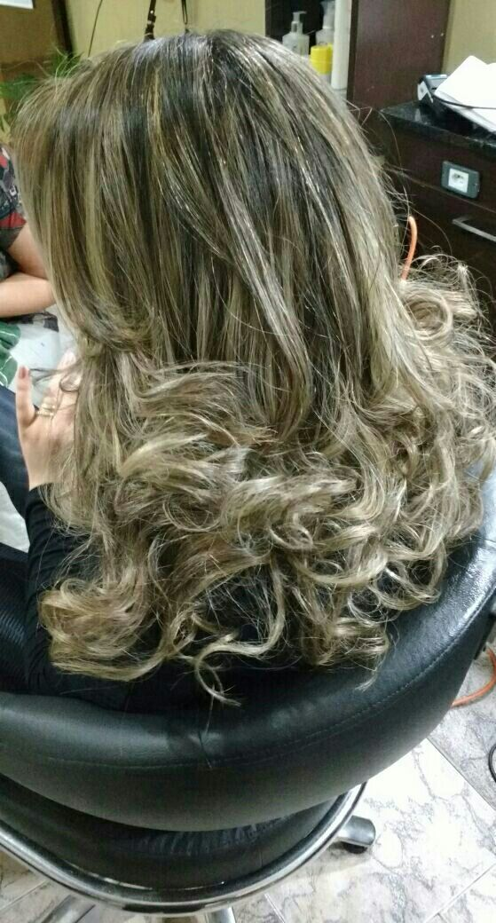 Luzes pérolas  e escova modelada cabelo cabeleireiro(a) maquiador(a)