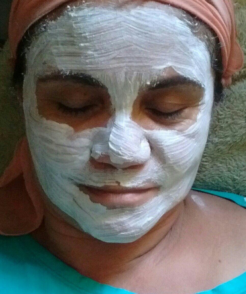 Argila branca hidratação para claramento e limpeza das impurezas da pele. estética estudante recepcionista