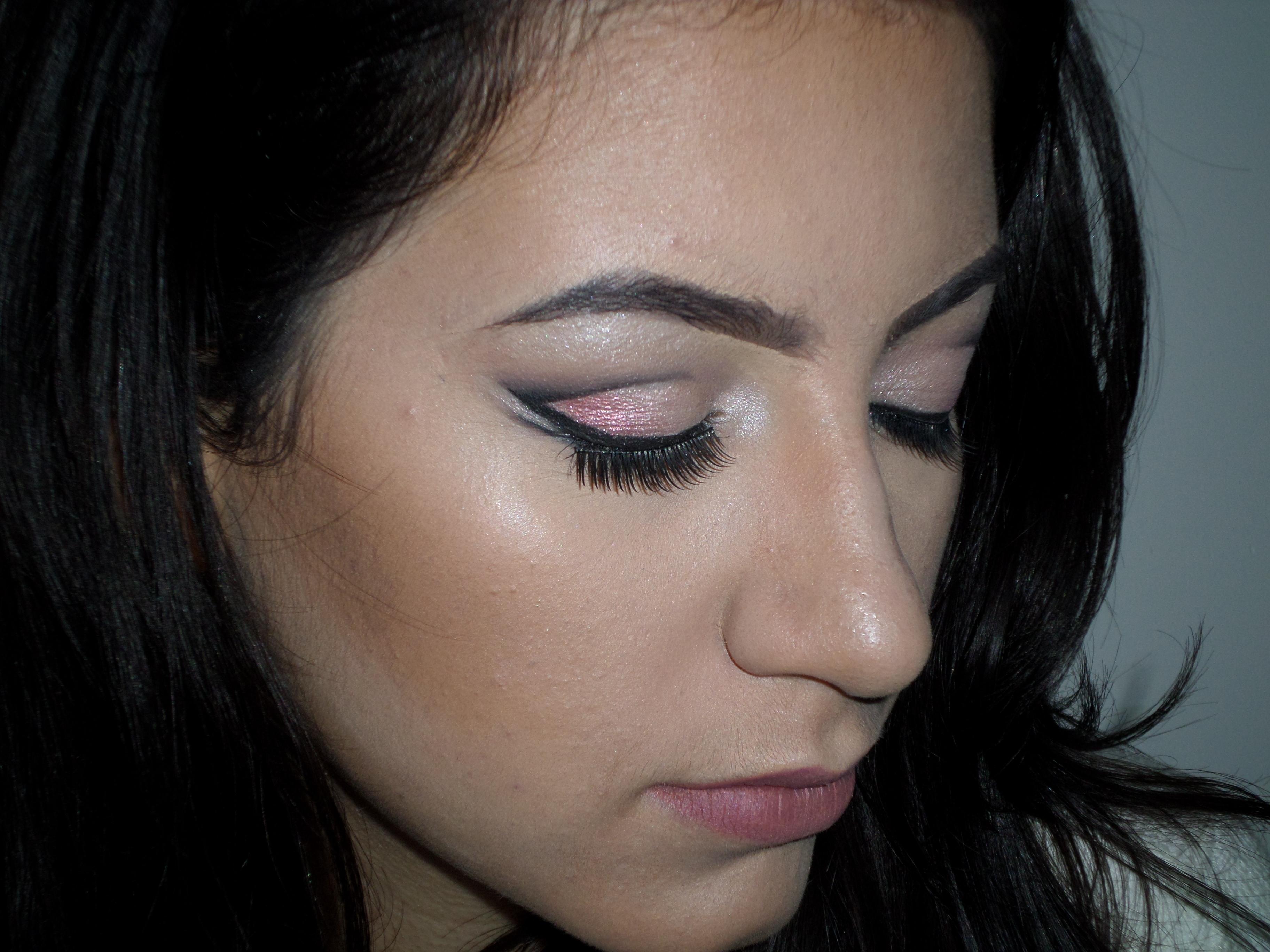 Maquiagem inspiração debutante delicada e sútil. Siga meu Intagram @kovalecmakeuo maquiagem maquiador(a)