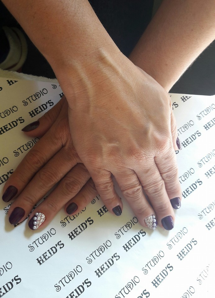 Unhas com pedrarias unha designer de sobrancelhas manicure e pedicure depilador(a)