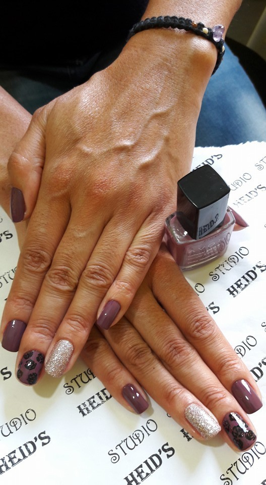 Combinação perfeita esmalte da Avon com rosas feitas á mão unha designer de sobrancelhas manicure e pedicure depilador(a)