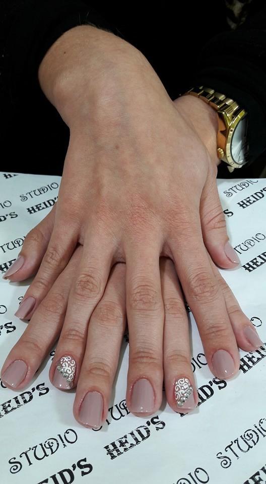 Nude com pedrarias. unha designer de sobrancelhas manicure e pedicure depilador(a)