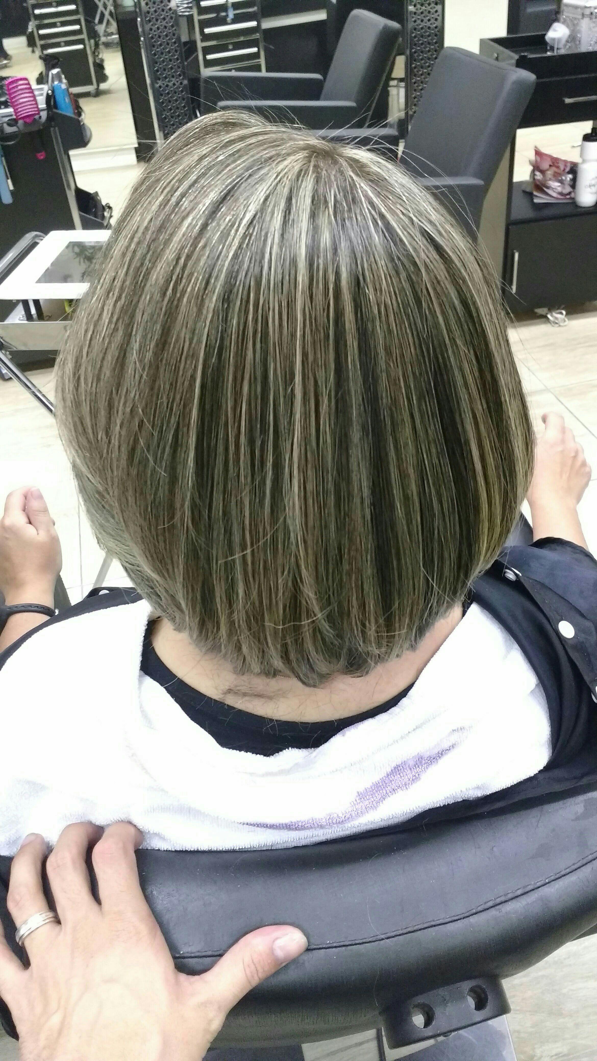 Trabalho de mechas e escova cabeleireiro(a) cabeleireiro(a)