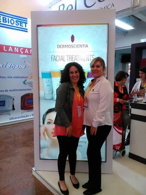 Na Feira Esteika 2015 com minha amiga Silvana Oliveira da Cientifique. estética esteticista auxiliar cabeleireiro(a) consultor(a) de estetica dermoconsultor(a) recepcionista