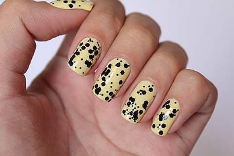 esmalte amarelo com paetê preto unha manicure e pedicure designer de sobrancelhas