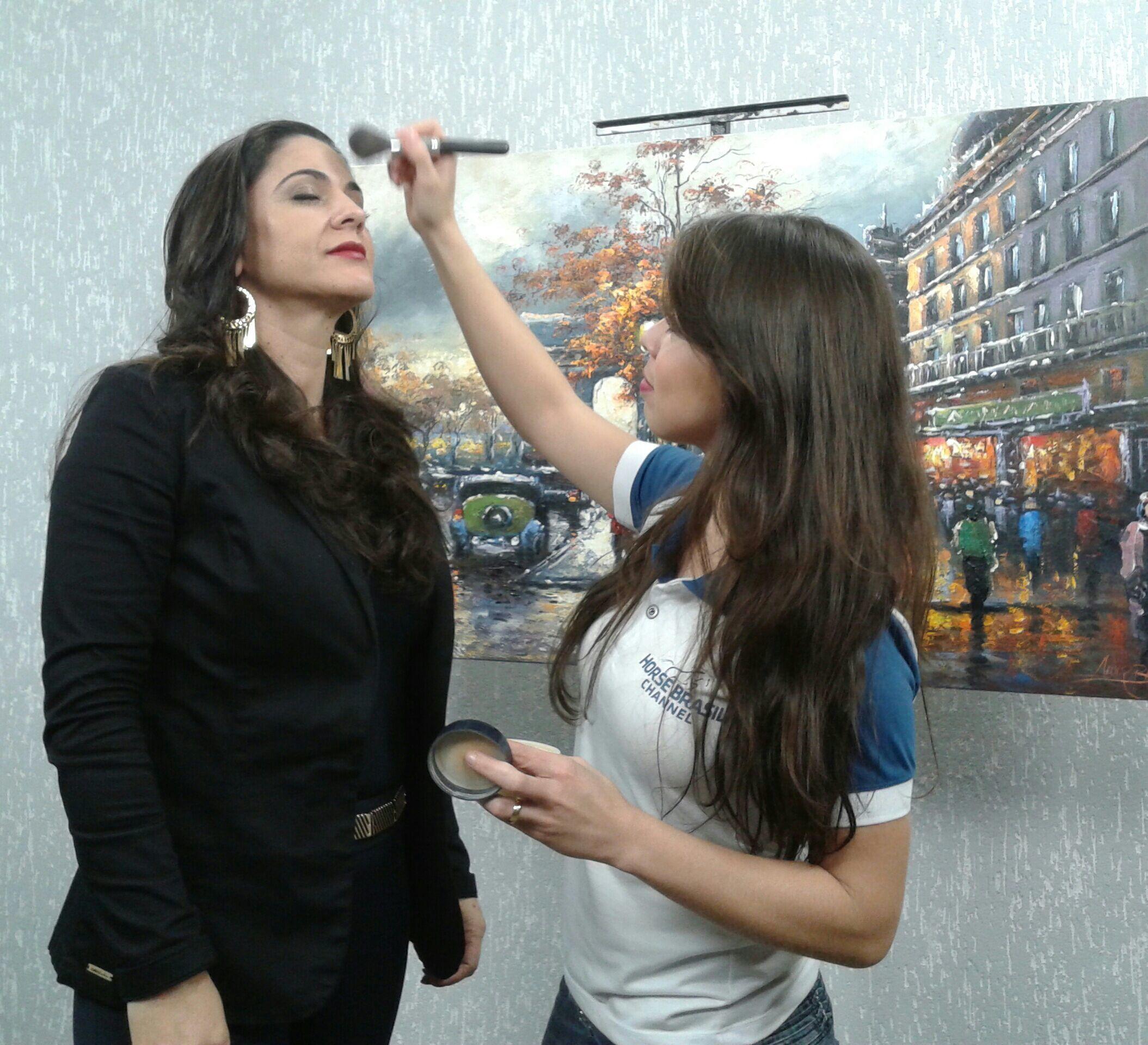 Maquiando a apresentadora Elis Mota para gravação maquiagem maquiador(a) consultor(a) designer de sobrancelhas