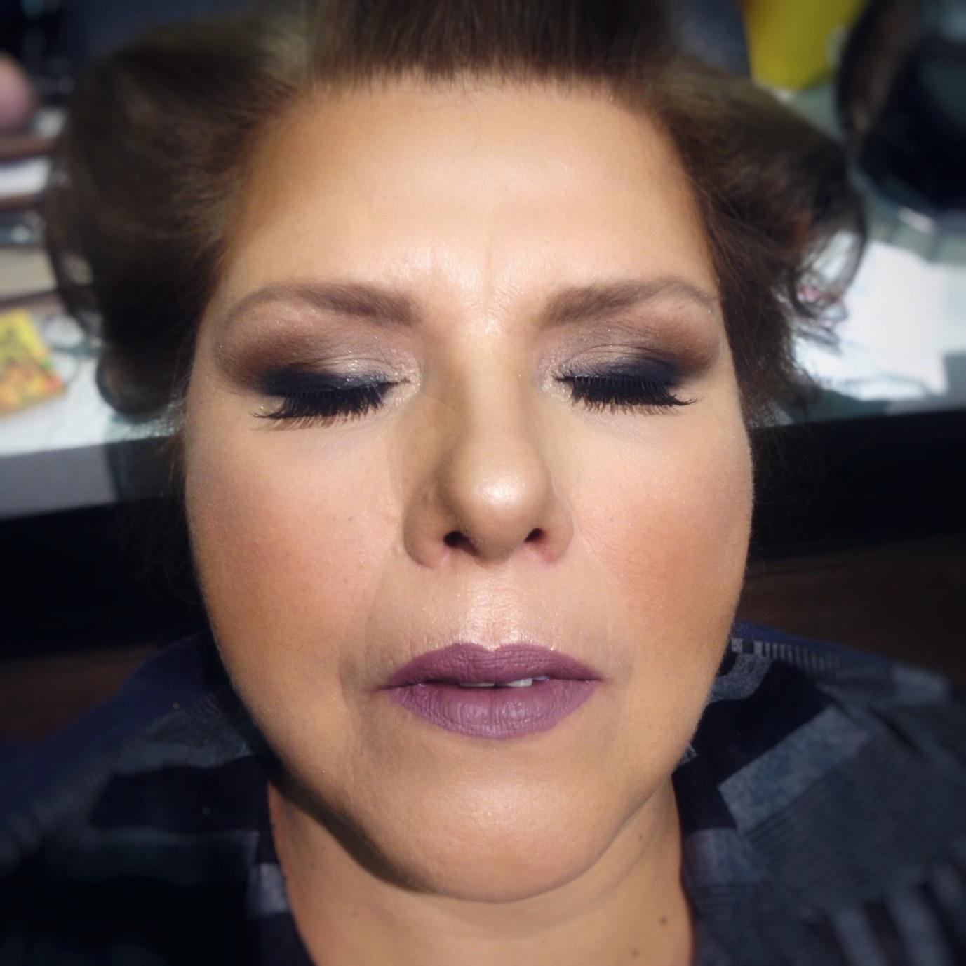 Maquiagem com olhos marcantes, para pele madura com côncavo caído.  maquiagem maquiador(a) depilador(a)