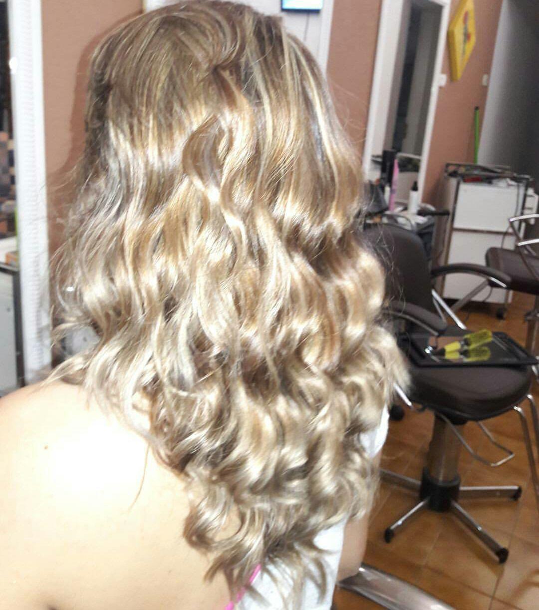 Cabelo colorido em Mel ,luzes finas em tom platinado cabelo cabeleireiro(a) dermopigmentador(a) designer de sobrancelhas maquiador(a) cabeleireiro(a)