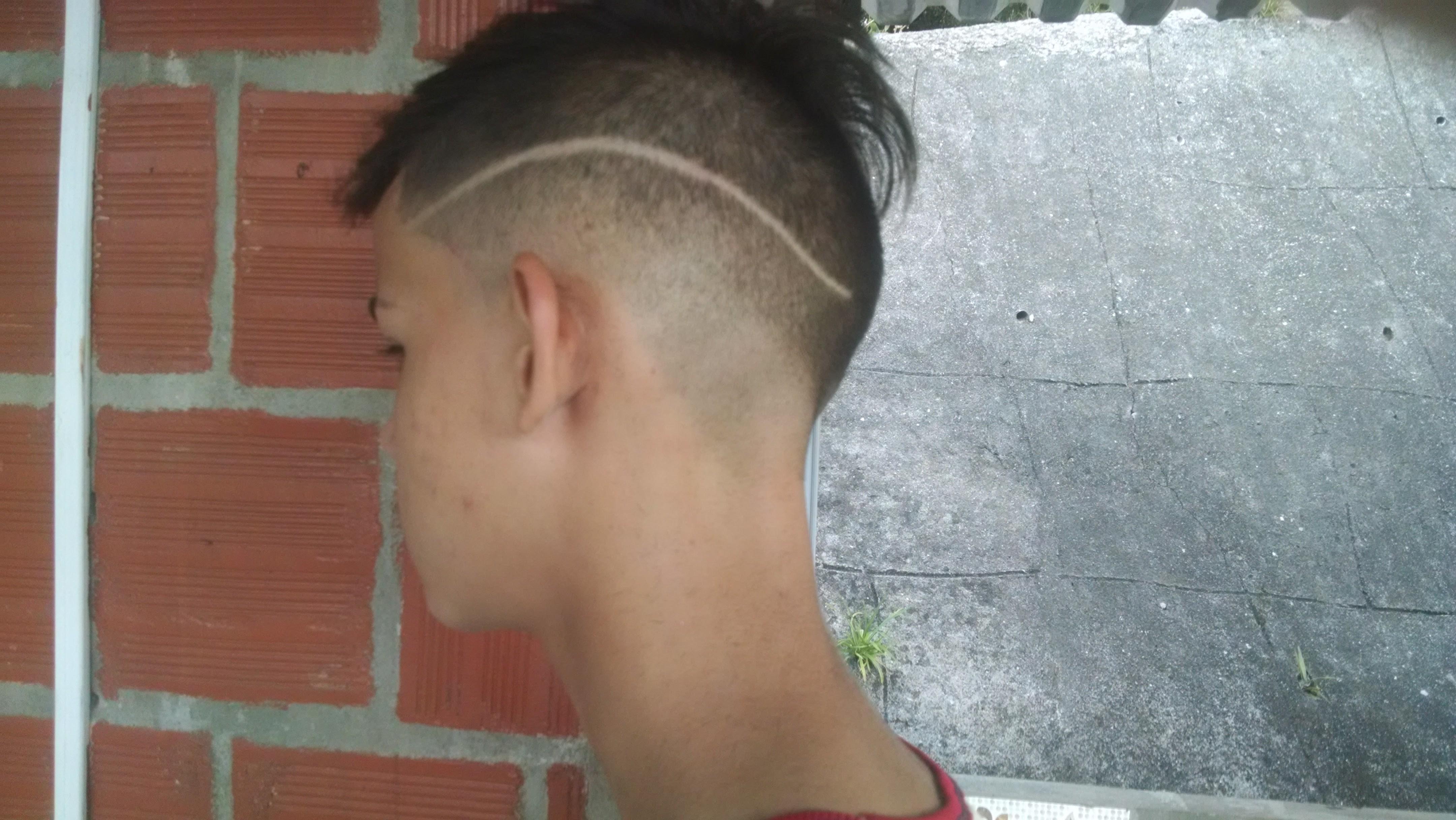 Degradê no número 0 mais listra lateral  cabelo barbeiro(a)