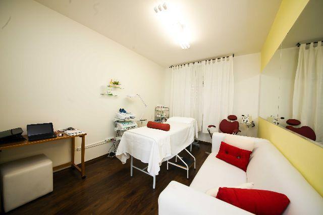 Clinica de estética completa com salsas modernas e muito bem equipadas.  estética empresário(a)