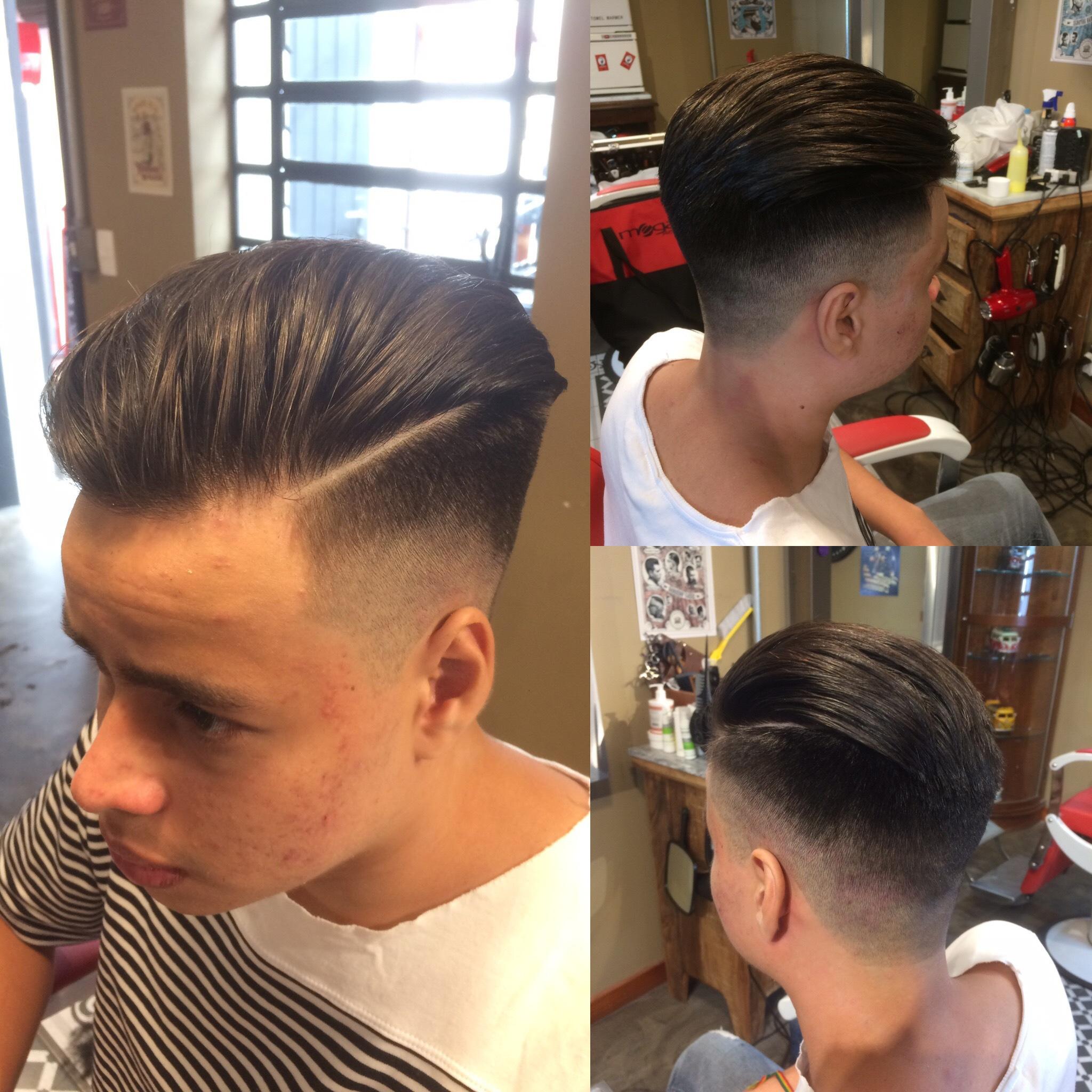 Esse é um faded começando pelo pente 0 baixo e em cima, cortado na diagonal pra frente... cabelo cabeleireiro(a) barbeiro(a)