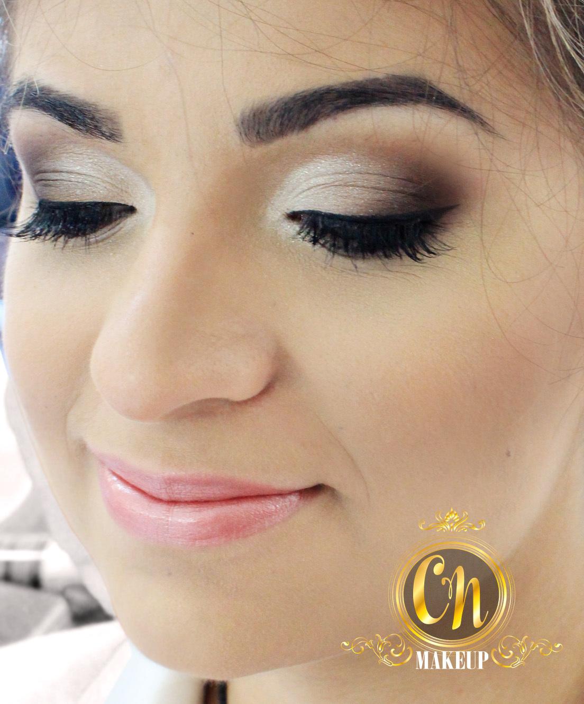 Maquiagem marcante, porém leve, para casamento na praia 👰 . . #noiva #maquiagemnoiva #maquiadoraubatuba #makeupartist #mua #maquiadora #maquiagemprofissional #ubatuba #casamentoubatuba #casarnapraia #casamentopraia #penaareia #neutra #leve #suave maquiagem maquiador(a)