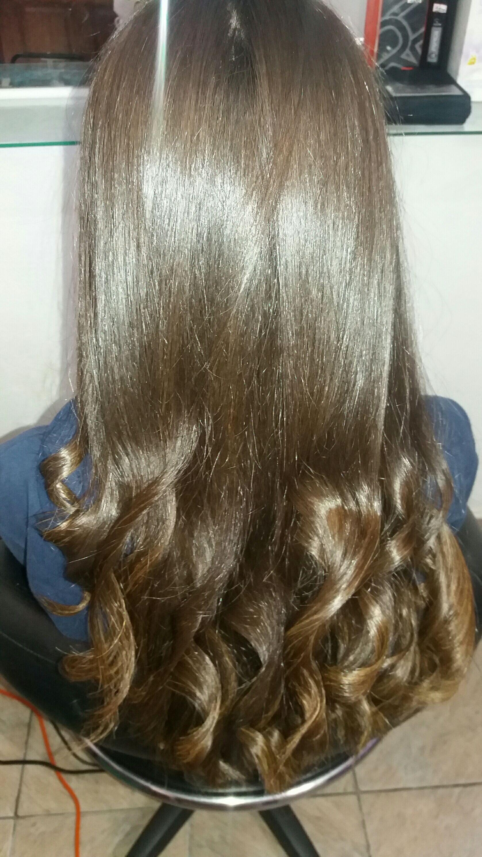 Escova com cachos nas pontas cabelo esteticista cabeleireiro(a)