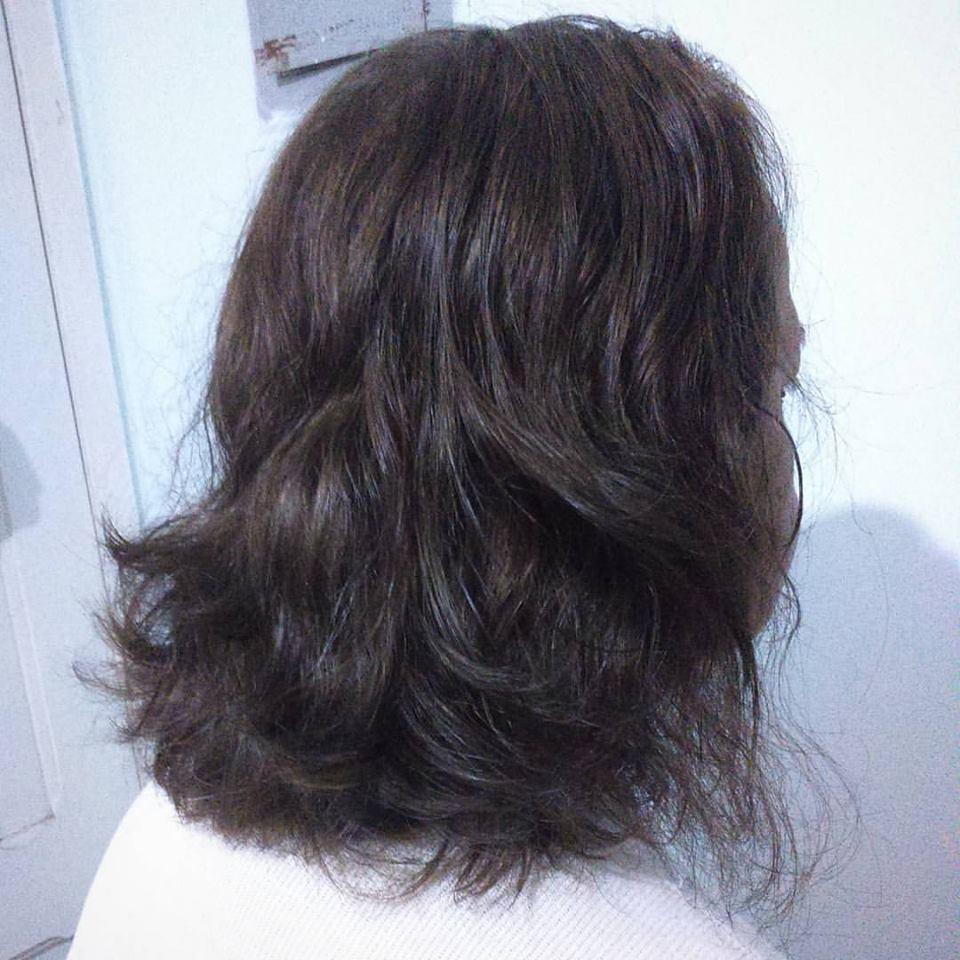 Corte em camadas criando leveza e volume e coloração loiro escuro. cabelo auxiliar cabeleireiro(a) maquiador(a)