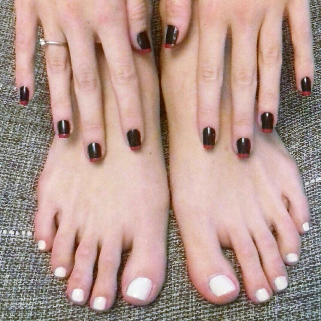 Unhas pretas com francesinha vermelha nas maos Renda nos pes #francesinha #renda #manicure #pedicure #pesemaos unha designer de sobrancelhas depilador(a) manicure e pedicure