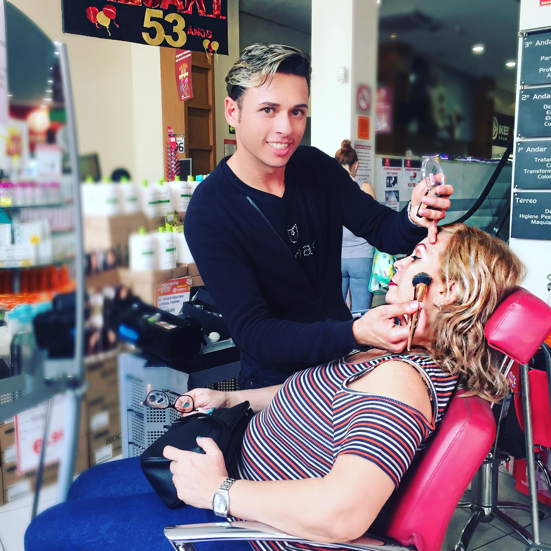 Ação compre e aplique com designer de sobrancelhas e Make maquiagem assistente maquiador(a) maquiador(a) auxiliar cabeleireiro(a) vendedor(a)