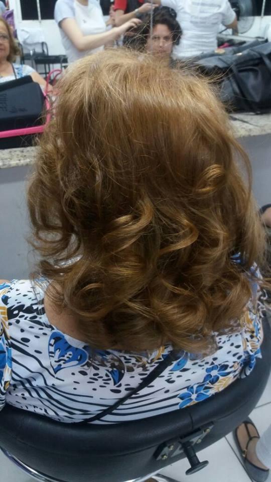 Escova modelada cabelo auxiliar cabeleireiro(a) maquiador(a)
