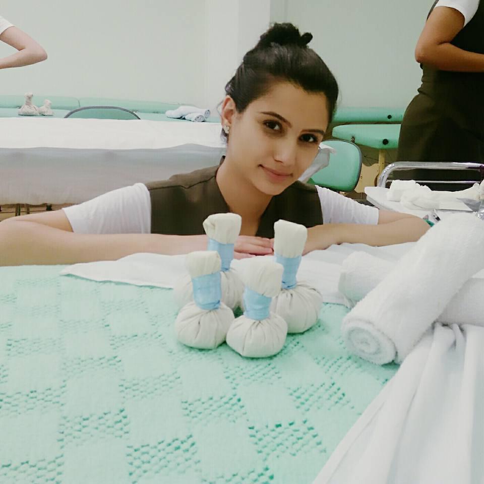 Massagem com pindas chinesas. estética esteticista recepcionista designer de sobrancelhas maquiador(a)