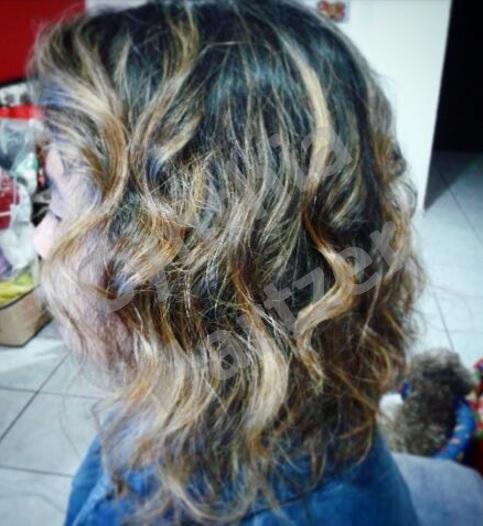 Ondas com o babyliss, proporcionando um visual mais despojado e atual. cabelo cabeleireiro(a)