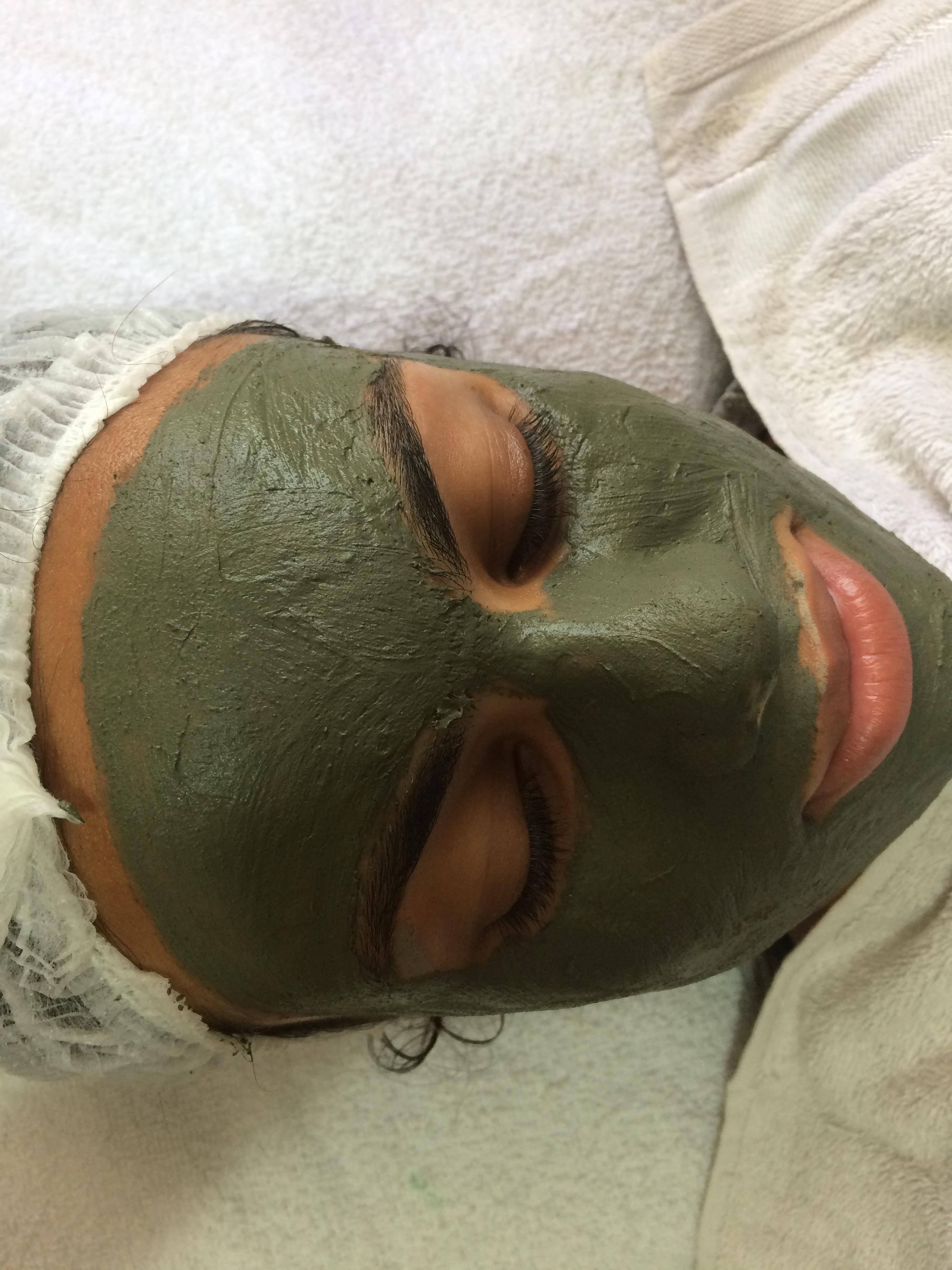 Limpeza de Pele ,  Tratamento com Argila verde, pele Acneica. estética esteticista maquiador(a) designer de sobrancelhas manicure e pedicure