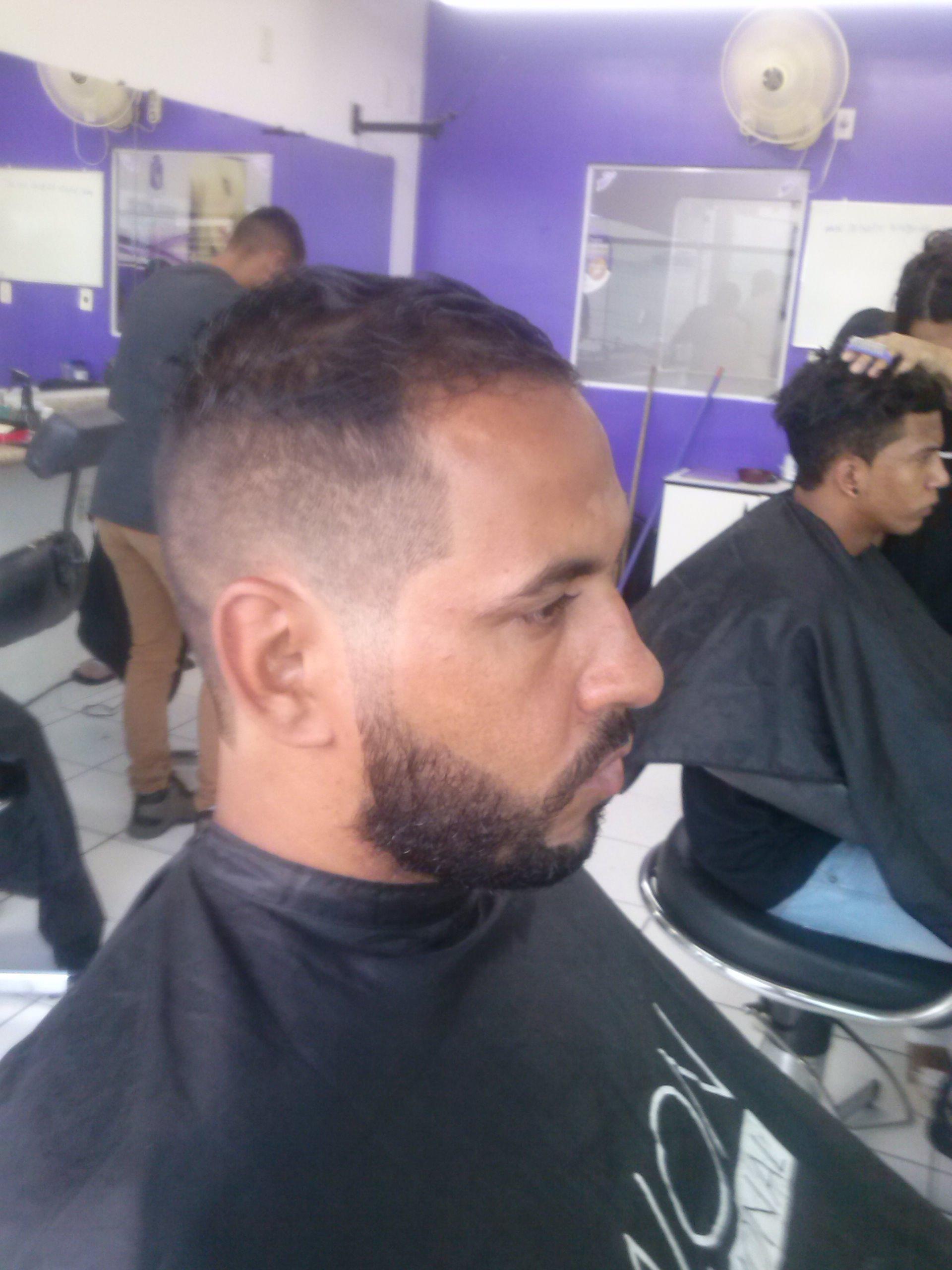 Degrade   e barba  cabelo barbeiro(a)