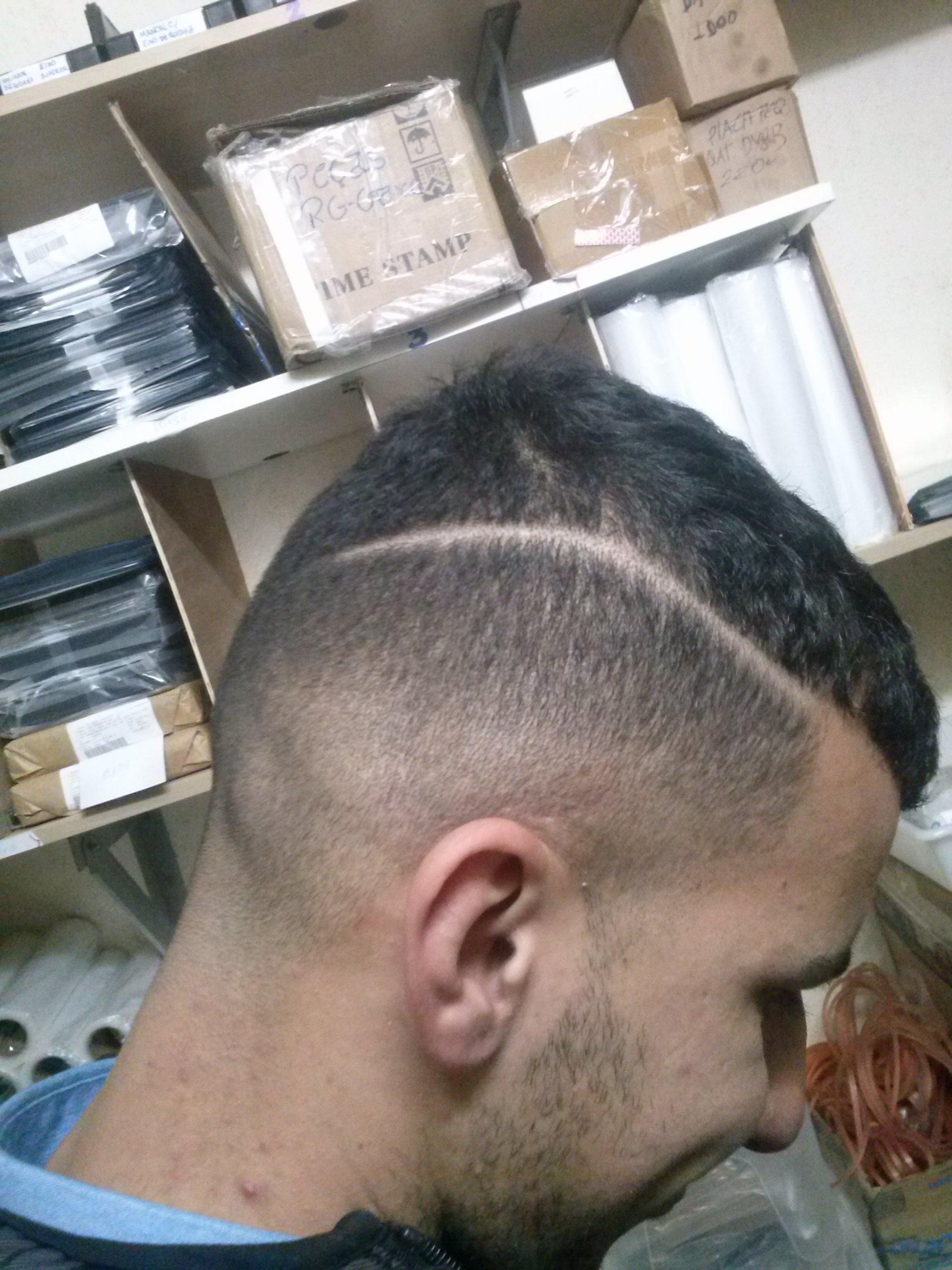Degrade  com risco lateral cabelo barbeiro(a)