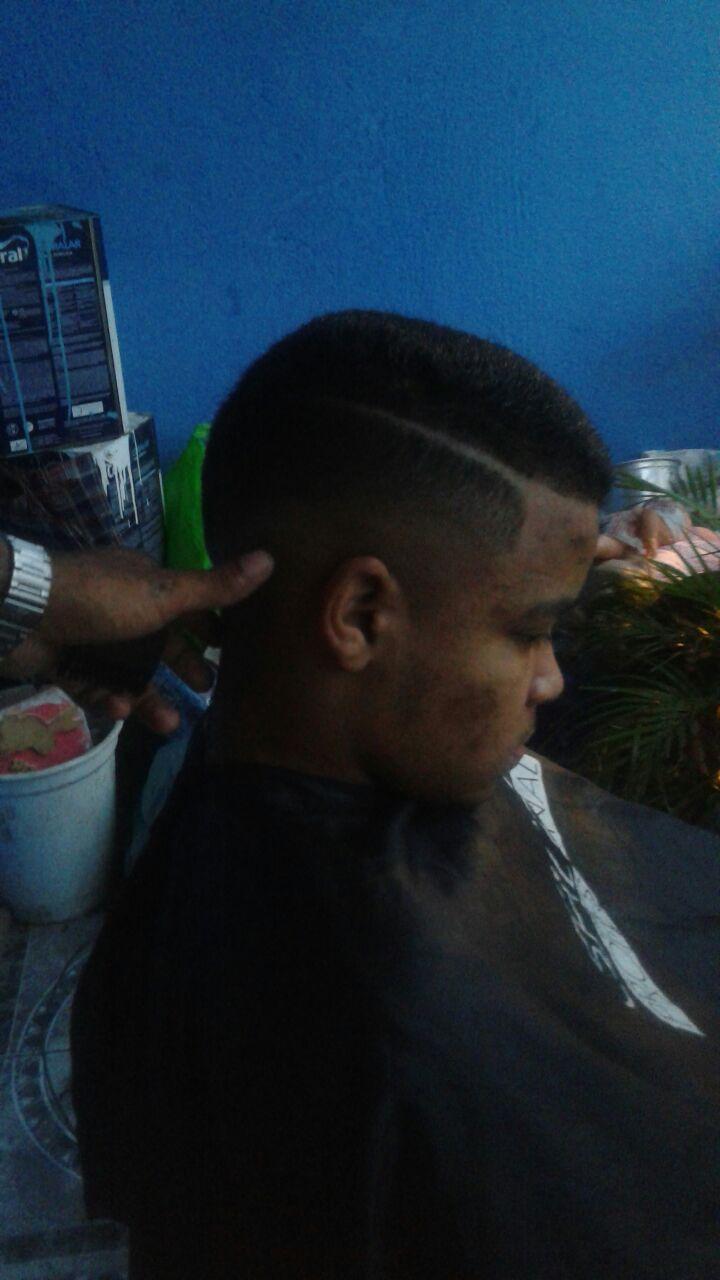 Fade com risco cabelo barbeiro(a)
