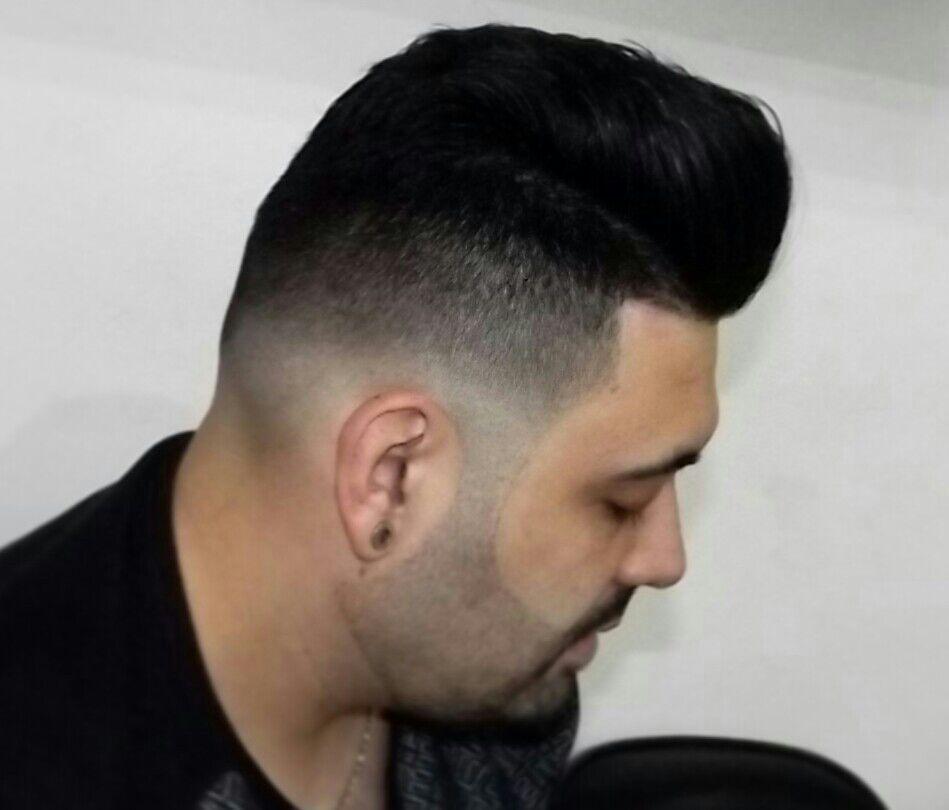 Graduaçao lateral com corte superior na tesoura com tecnica pompadour cabelo