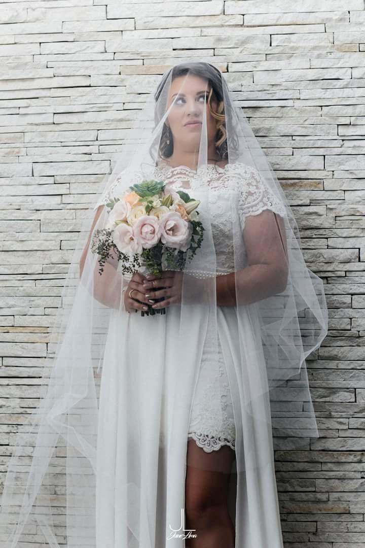 Noiva moderna com beleza clean e iluminada. maquiagem maquiador(a) designer de sobrancelhas