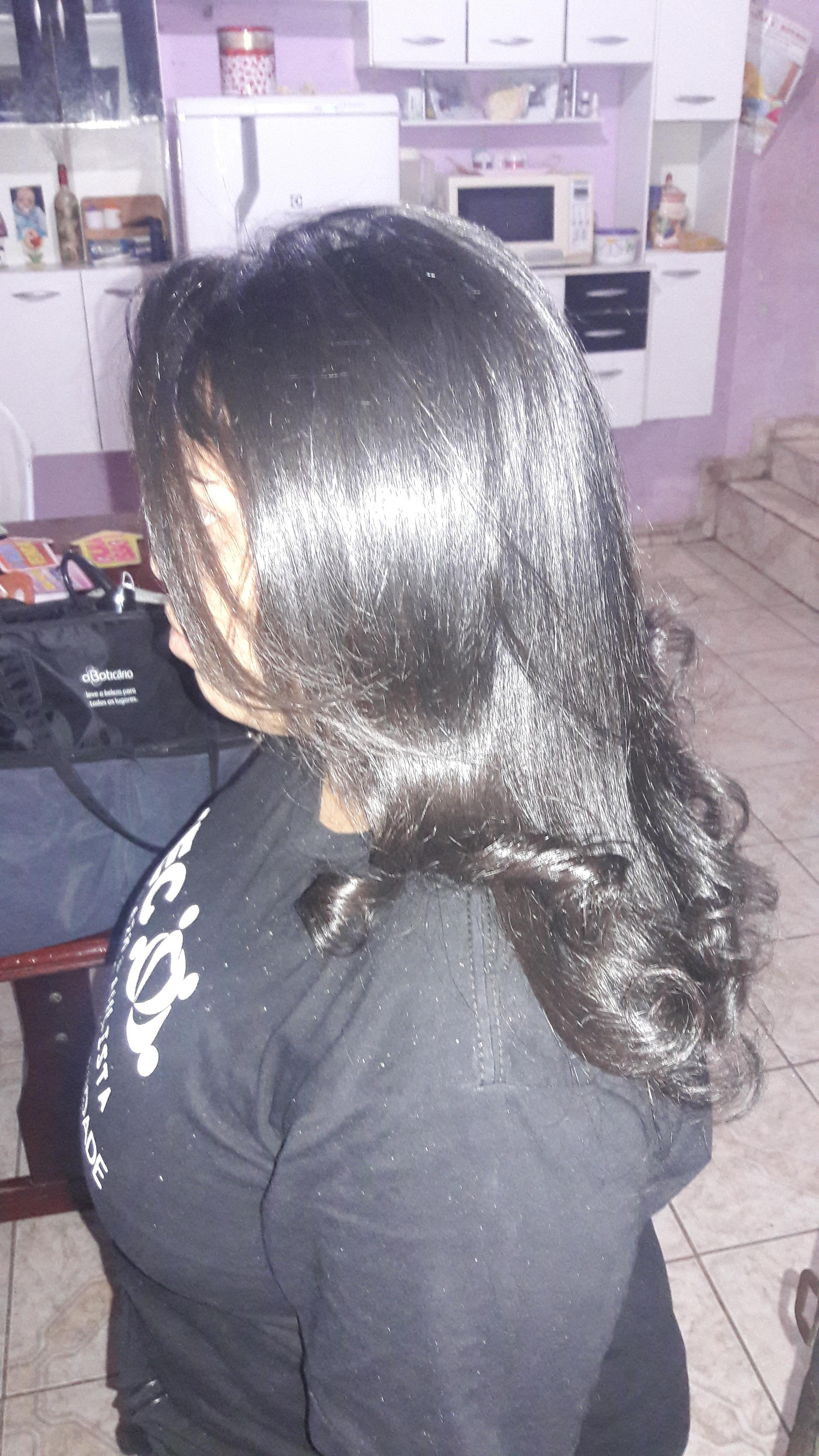Uma escova com pontas enrolada  cabelo auxiliar cabeleireiro(a)