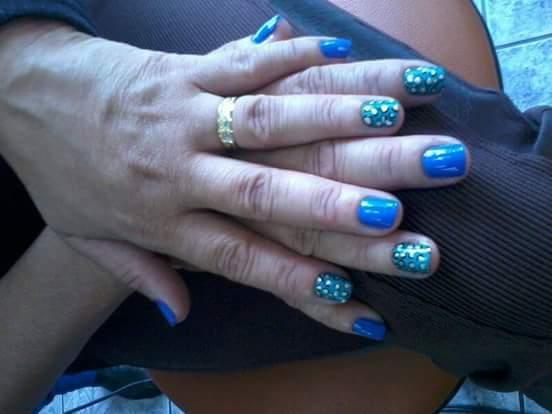 Ondinhas azuis.  unha estudante (manicure)